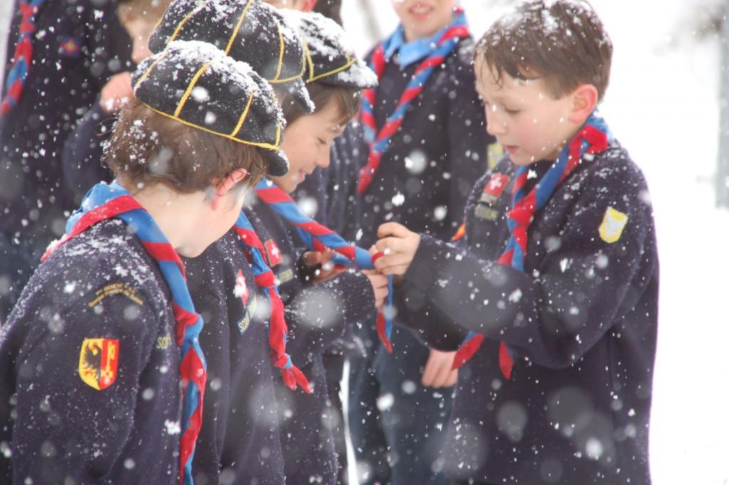 Louveteaux lors d'une promesse sous la neige